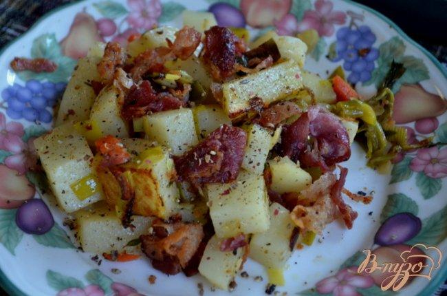 Фото приготовление рецепта: Теплый салат с беконом и луком пореем шаг №5