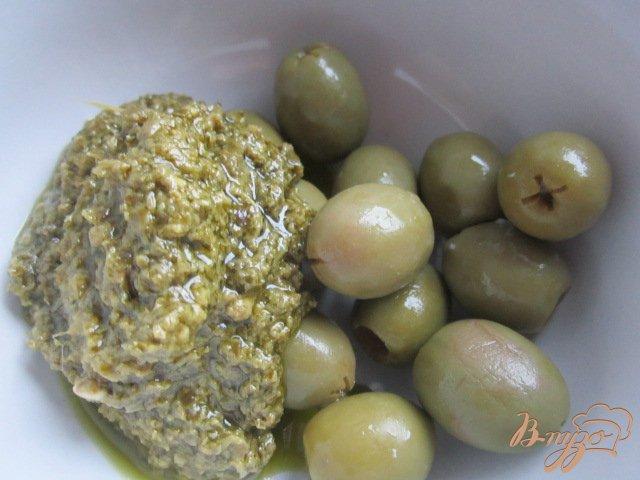 Фото приготовление рецепта: Слоеные палочки с зеленым песто и оливками шаг №1