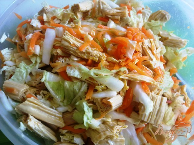Фото приготовление рецепта: Салат со спаржей и пекинской капустой шаг №4