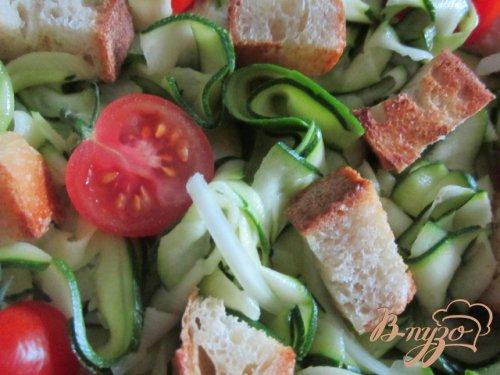 Салат из цукини с крутонами