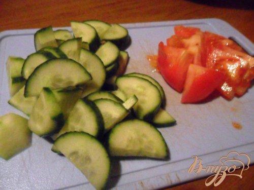 Овощной салат с крутонами и яйцом-пашот