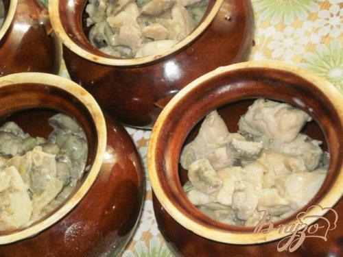 Мясо с шампиньонами и картофелем в горшочках