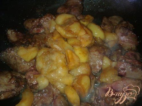 Нежная куриная печень с яблоками