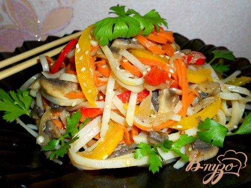 Китайский салат с рисовой лапшой