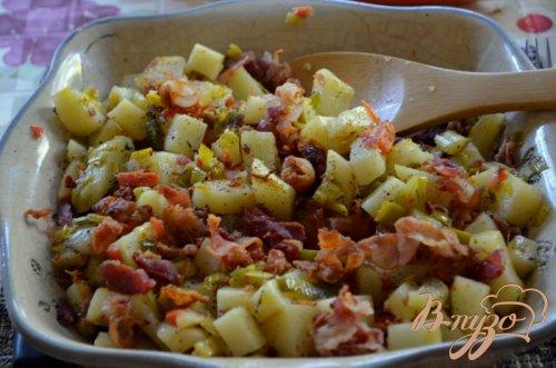 Теплый салат с беконом и луком пореем