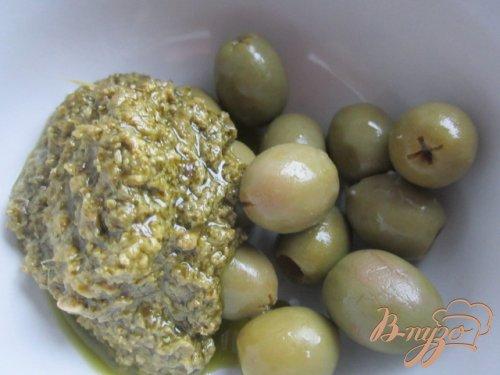 Слоеные палочки с зеленым песто и оливками