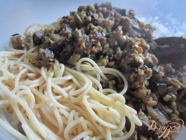 Фото приготовление рецепта: Спагетти с баклажанами и орешками кешью шаг №4