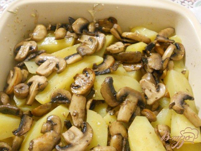 Фото приготовление рецепта: Запеченный картофель с грибами шаг №4