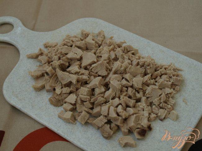 Фото приготовление рецепта: Салат с курицей и маринованными опятами шаг №2