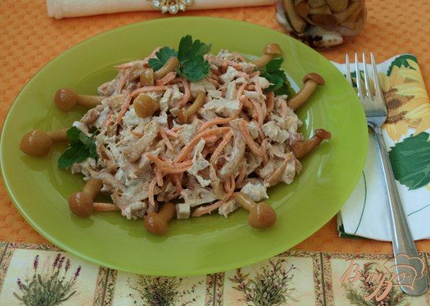 фото рецепта: Салат с курицей и маринованными опятами