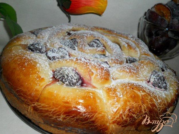 фото рецепта: Пирог со сливами и творогом