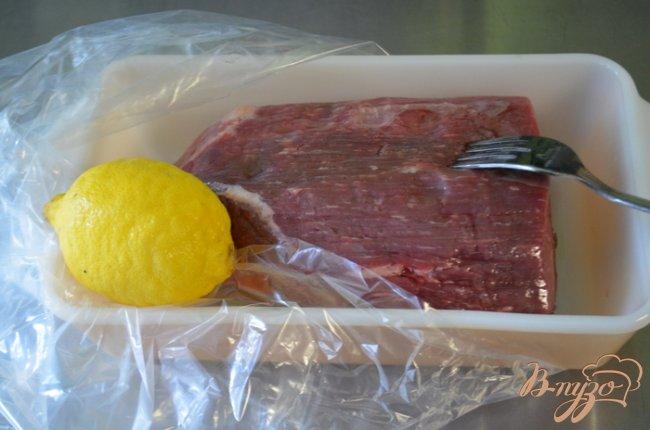 Фото приготовление рецепта: Тушеная нежная говядина с овощами шаг №1