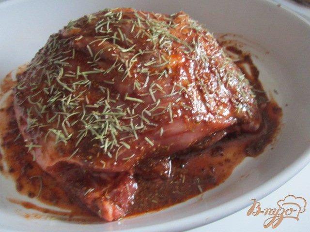 Фото приготовление рецепта: Свинина в горчично-медовой глазури с розмарином шаг №2