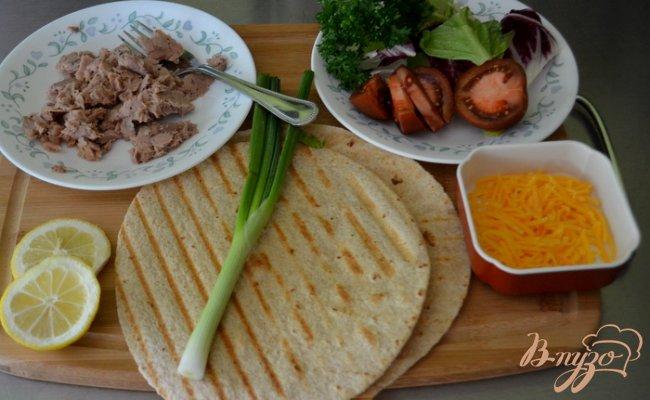 Фото приготовление рецепта: Тортилья с тунцом шаг №1
