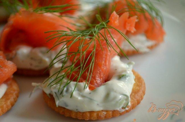 Фото приготовление рецепта: Канапе с лососем и сливочным сыром шаг №5
