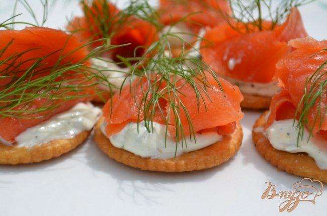 Фото приготовление рецепта: Канапе с лососем и сливочным сыром шаг №4