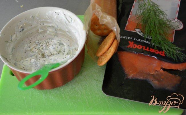 Фото приготовление рецепта: Канапе с лососем и сливочным сыром шаг №3