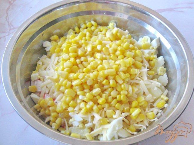 Фото приготовление рецепта: Салат из крабовых палочек и ананасов шаг №5