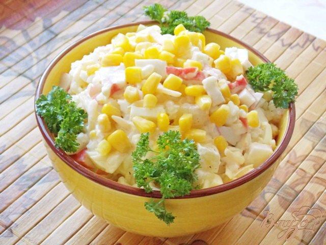 Фото приготовление рецепта: Салат из крабовых палочек и ананасов шаг №8