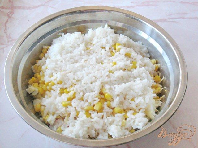 Фото приготовление рецепта: Салат из крабовых палочек и ананасов шаг №6