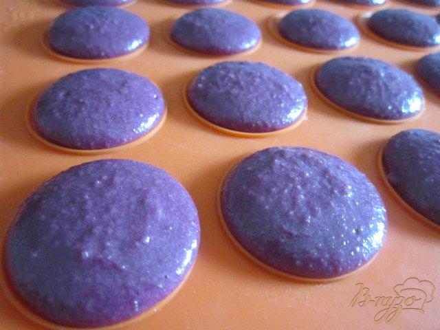 Фото приготовление рецепта: Смородиновые макарон шаг №4