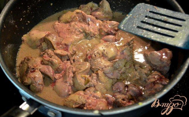 Фото приготовление рецепта: Куриный паштет с бальзамическим луком. шаг №2