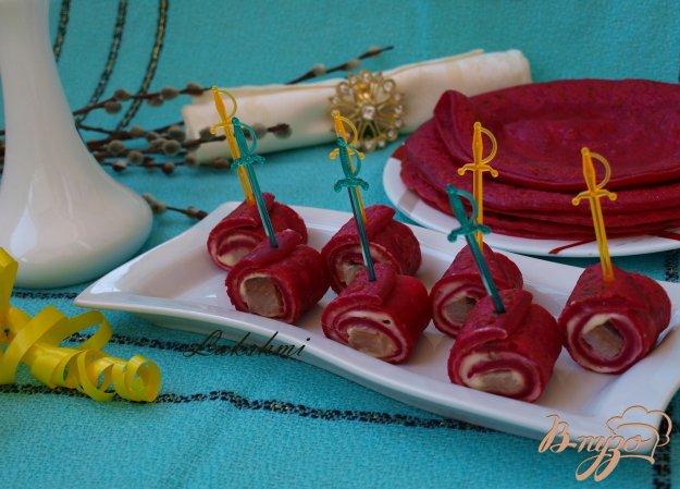 фото рецепта: Закуска из свекольных блинчиков с сельдью
