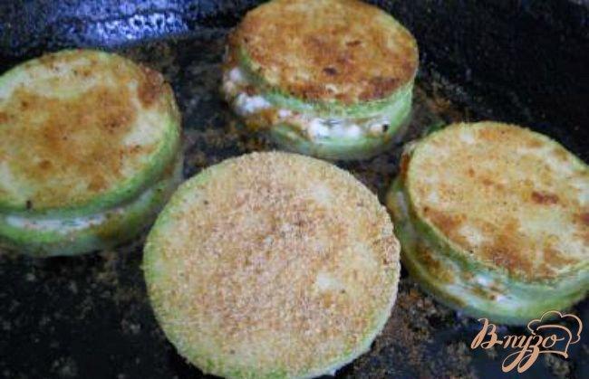 Фото приготовление рецепта: Сэндвичи из кабачков шаг №4