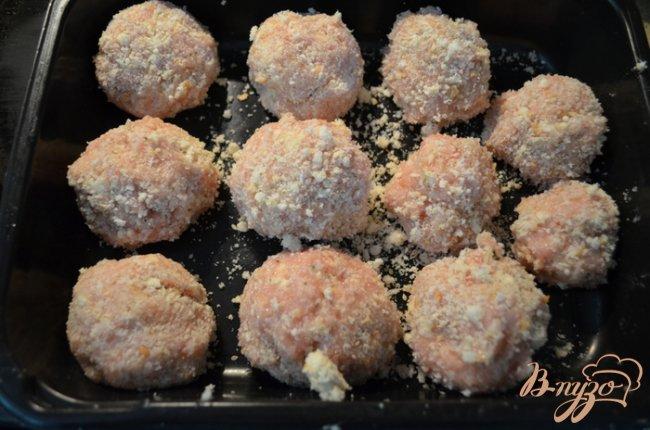Фото приготовление рецепта: Куриные фрикадельки в томатном соусе шаг №2