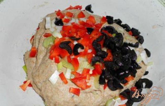 Фото приготовление рецепта: Хлеб из цельнозерновой муки с луком, маслинами и сладким перцем шаг №2
