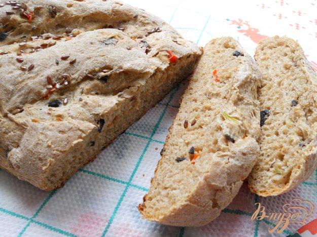 фото рецепта: Хлеб из цельнозерновой муки с луком, маслинами и сладким перцем