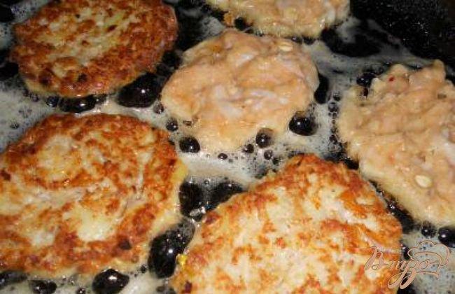 Фото приготовление рецепта: Ароматные котлеты из семги шаг №3