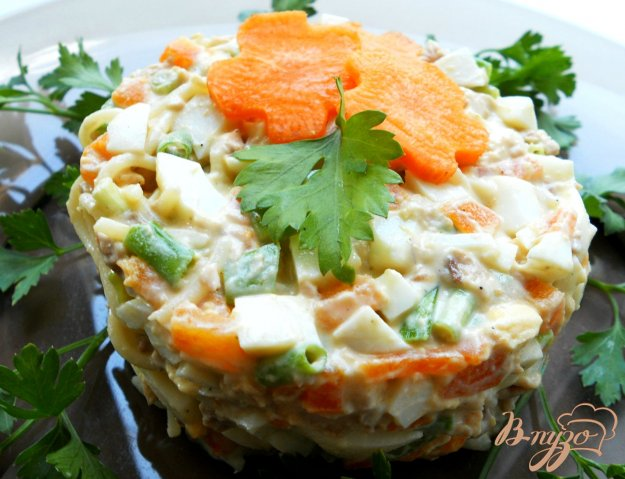 фото рецепта: Салат с печенью трески и спагетти