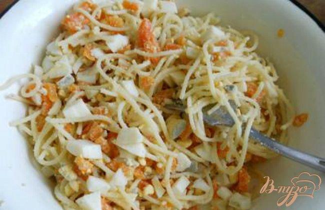 Фото приготовление рецепта: Салат с печенью трески и спагетти шаг №2