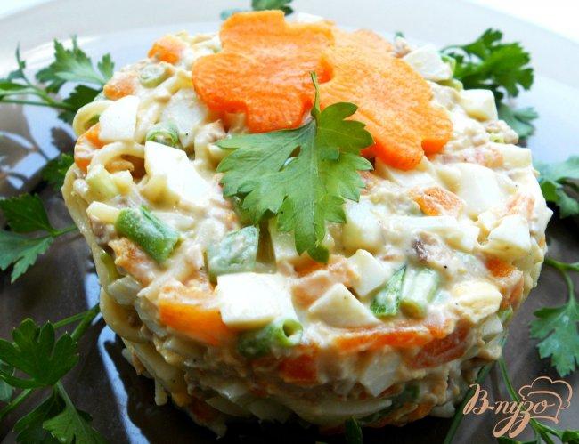 Фото приготовление рецепта: Салат с печенью трески и спагетти шаг №4
