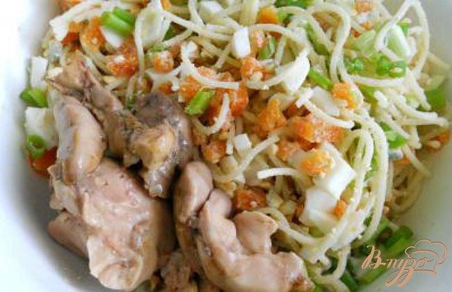 Фото приготовление рецепта: Салат с печенью трески и спагетти шаг №3