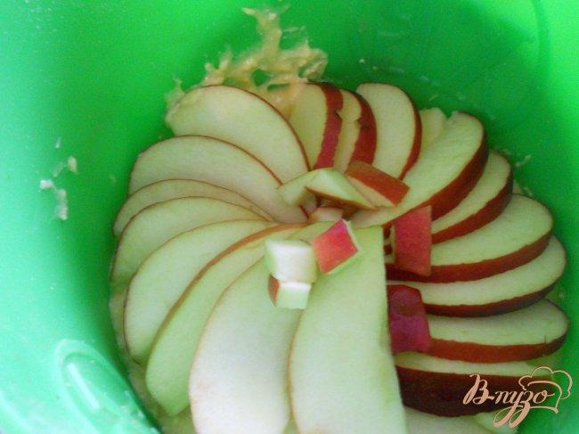 Фото приготовление рецепта: Яблочный кекс с корочкой шаг №5