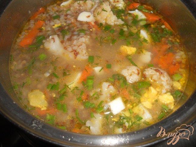 Фото приготовление рецепта: Гречневый суп с цветной капустой и яйцом без картофеля шаг №3