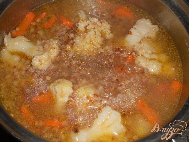 Фото приготовление рецепта: Гречневый суп с цветной капустой и яйцом без картофеля шаг №2