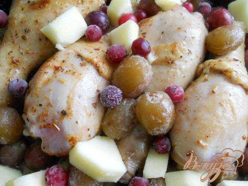 Ножки куриные, запеченные с ягодами и фруктами