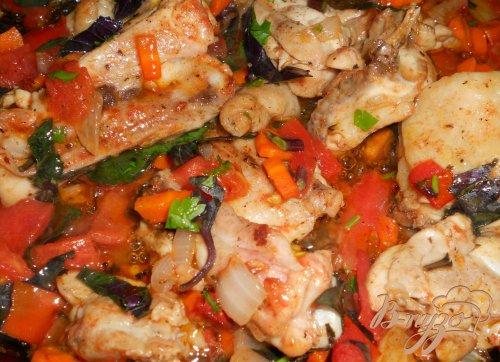 Курица с помидорами, соевым соусом и базиликом