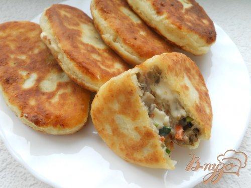 Пирожки из творожного теста с сыром, мясом и грибами