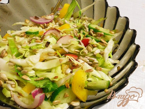 Весений салат с семечками