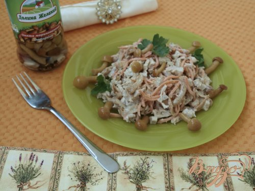 Салат с курицей и маринованными опятами