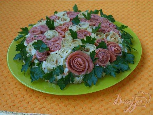 Салат с рисом, курицей и цветными блинчиками