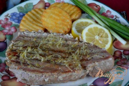 Стейки тунца с лимонным маслом и черным перцем