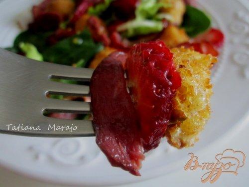 Салат с жаренной моцареллой и клубникой