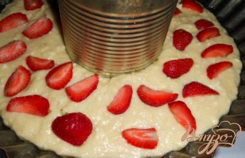 Творожный кекс-пирог с клубникой
