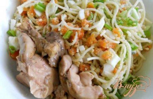Салат с печенью трески и спагетти