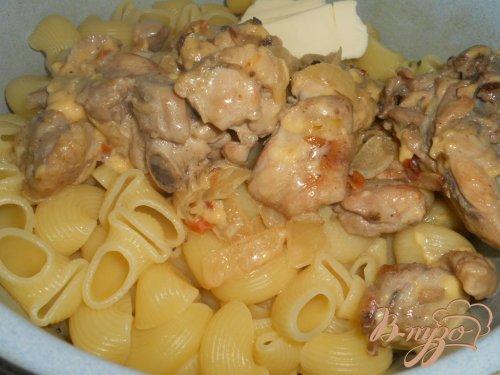 Паста с курицей, тушеной в сливочно-сырном соусе